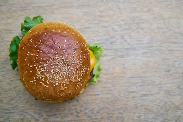 Deliciosa hamburguesa en la mesa