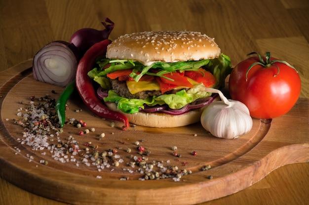 Deliciosa hamburguesa con queso con chuletas de ternera fritas