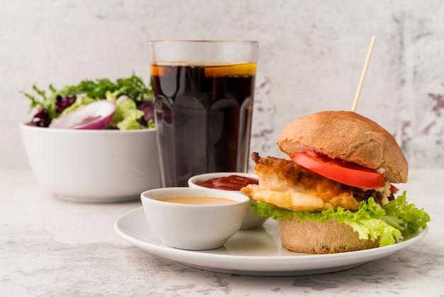 Deliciosa hamburguesa con refresco y ensalada