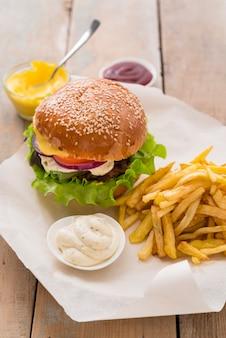 Deliciosa hamburguesa con salsa y papas fritas