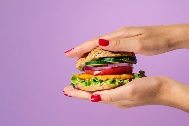 Deliciosa hamburguesa sobre un hermoso fondo morado