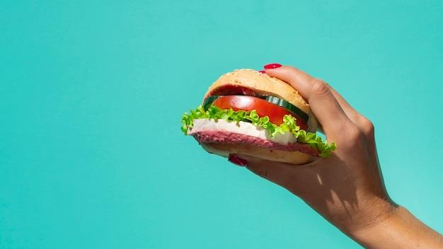Deliciosa hamburguesa vegetariana con espacio de copia