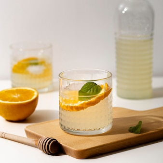 Deliciosa limonada con rodaja de naranja