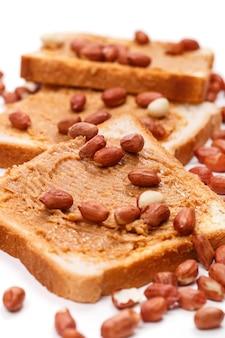 Deliciosa mantequilla de maní sobre la mesa