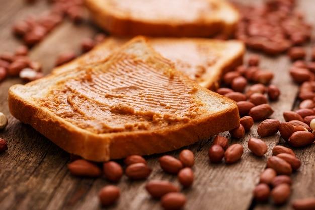 Deliciosa mantequilla de maní sobre una tostada