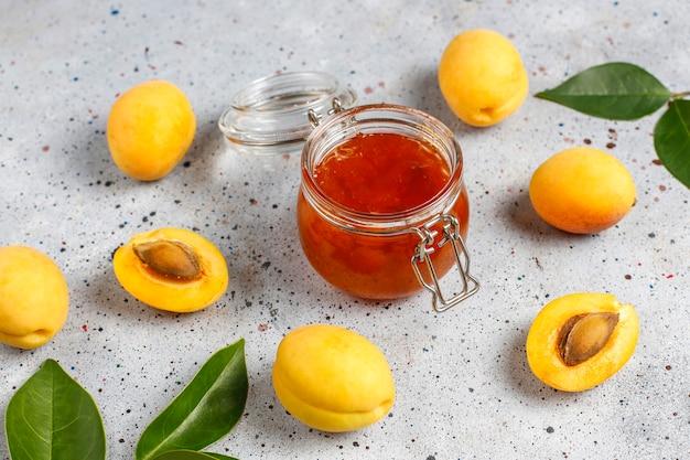 Deliciosa mermelada casera de albaricoque con frutas frescas de albaricoque