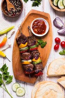Deliciosa meseta de comida rápida árabe con carne y salsa