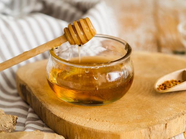 Deliciosa miel en un tazón