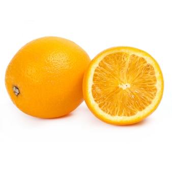 Deliciosa naranja sobre blanco
