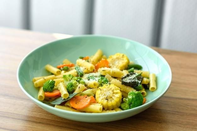 Deliciosa pasta fresca y tibia con verduras