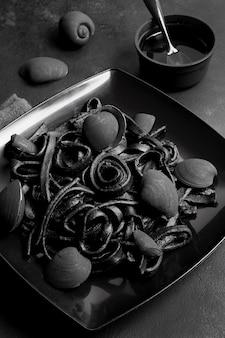 Deliciosa pasta negra de camarones frescos alta vista