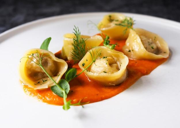 Deliciosa pasta tortellini con salsa de tomate, tortelini fresco
