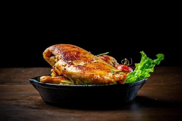 Deliciosa pechuga de pollo frita y ensalada de verduras