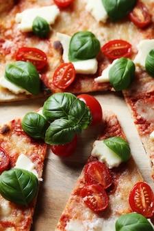 Deliciosa pizza con albahaca