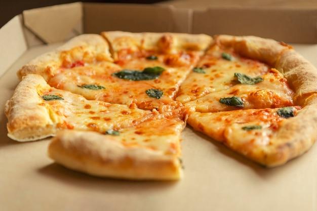 Deliciosa pizza de alto ángulo en caja