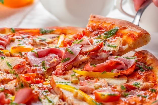 Deliciosa pizza fresca servida en mesa de madera