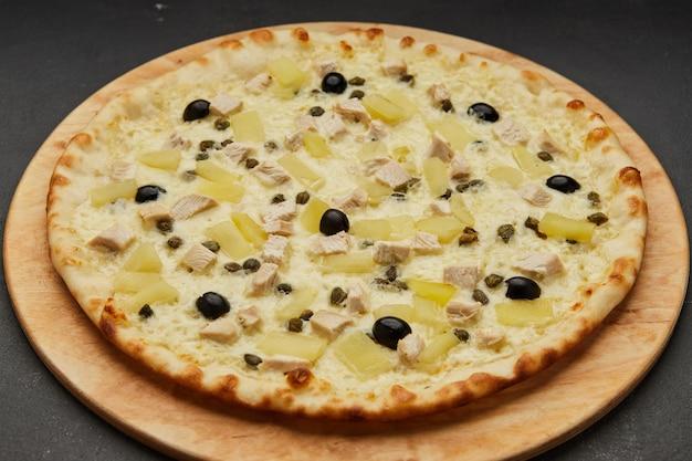 Deliciosa pizza italiana hawaiana con piña y pollo