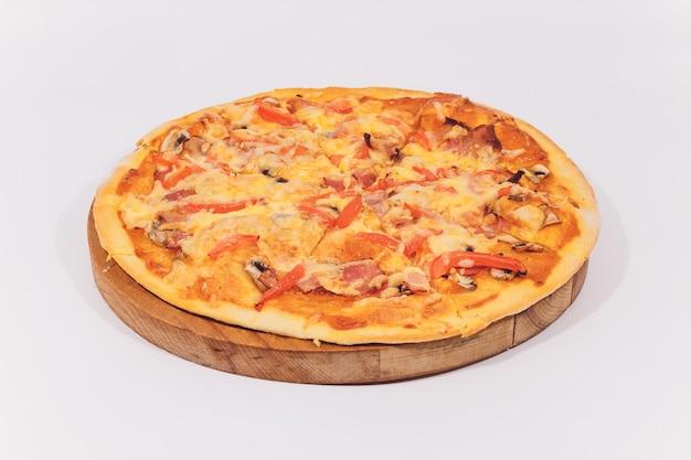 Deliciosa pizza con mariscos en el soporte de madera aislado en blanco.
