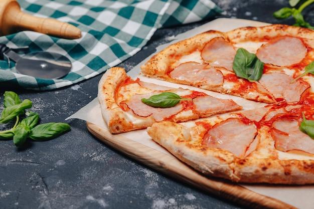 Deliciosa pizza napolitana de carne, pizzería y deliciosa comida.