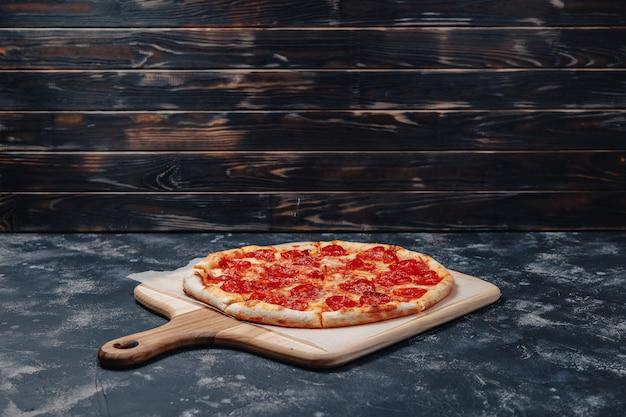 Deliciosa pizza napolitana en un tablero