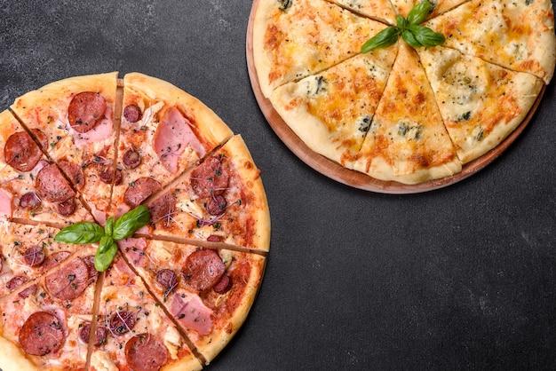 Deliciosa pizza recién horneada con tomates, salami y tocino. cocina italiana