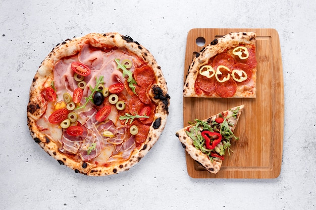Deliciosa pizza sobre fondo de cemento
