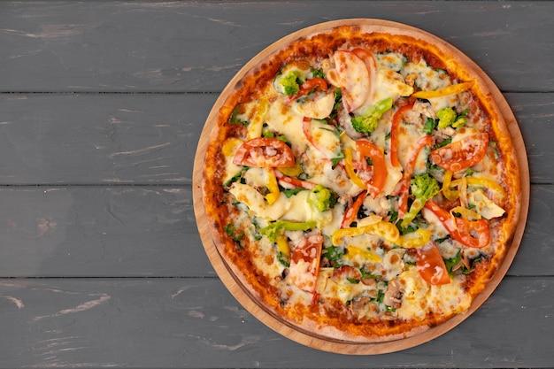 Deliciosa pizza en la vista superior de madera gris