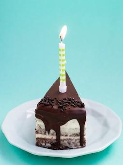 Deliciosa rebanada de pastel de cumpleaños de chocolate