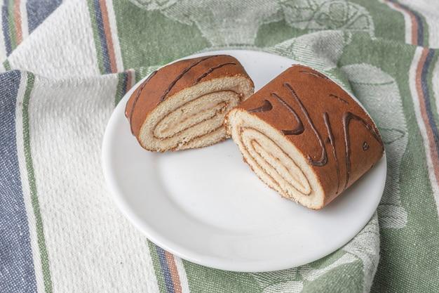 Una deliciosa rebanada de postre dulce pastel de rollo comida casera tradicional