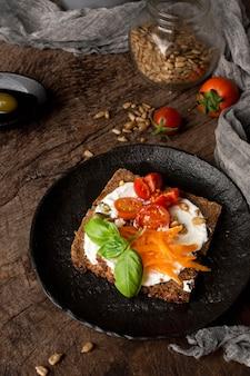 Deliciosa rebanada de tostada con tomates cherry y paño