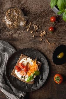 Deliciosa rebanada de tostada con tomates cherry y pimiento