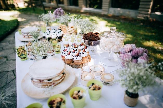 Deliciosa recepción de boda candy bar