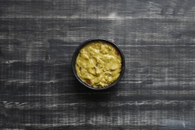 Deliciosa salsa de guacamole en un bol