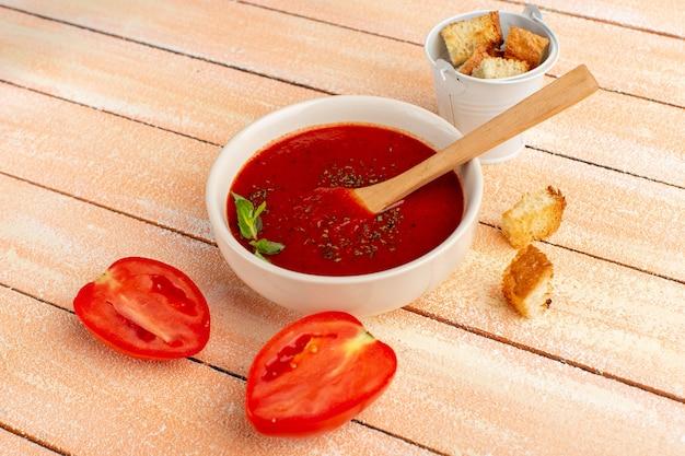 Deliciosa salsa de tomate con tomates frescos en rodajas sobre crema, cena de comida de sopa