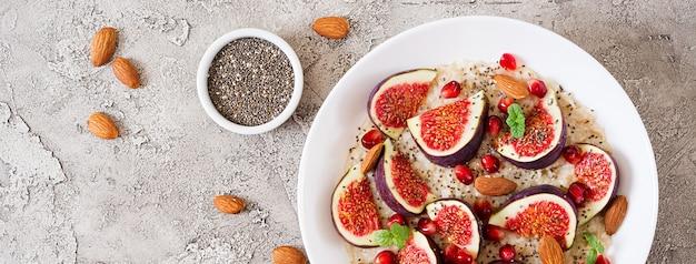 Deliciosa y saludable avena con higos, almendras y semillas de chía.