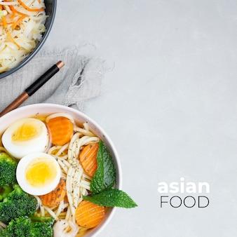 Deliciosa y saludable comida asiática sobre un fondo gris texturizado