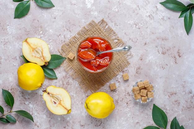 Deliciosa y saludable mermelada casera de membrillo en vidrio, vista superior