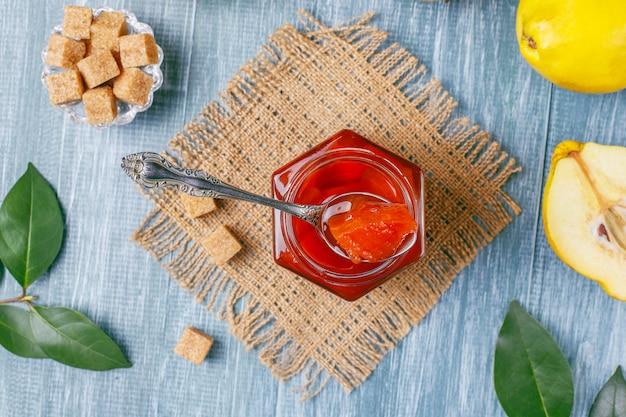 Deliciosa y saludable mermelada casera de membrillo en vidrio