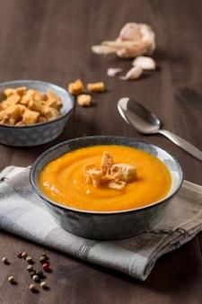 Deliciosa sopa de crema de calabaza con crutones