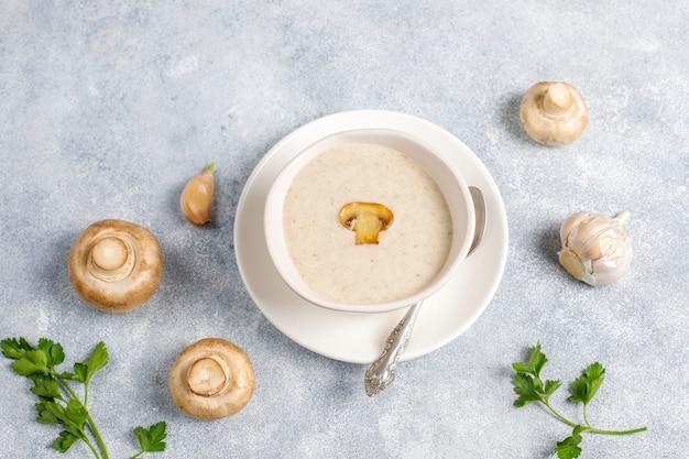 Deliciosa sopa de crema de champiñones casera, vista superior