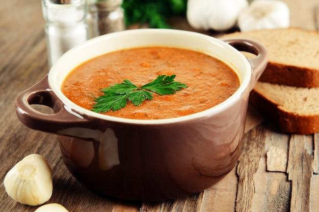 Deliciosa sopa de crema de lentejas en primer plano de la mesa
