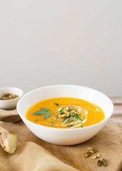 Deliciosa sopa de crema con semillas y perejil.