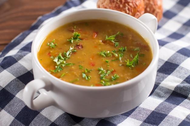 Deliciosa sopa rústica con verduras, lentejas y guisantes.