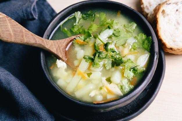 Deliciosa sopa en un tazón negro