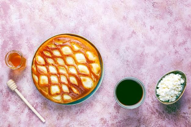 Deliciosa tarta casera de queso cottage con requesón fresco y miel