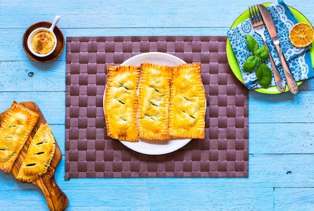 Deliciosa tarta con espinacas hechas en casa sobre un fondo de madera