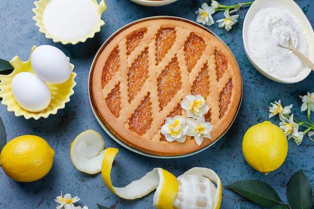 Deliciosa tarta de limón con limones frescos, vista superior