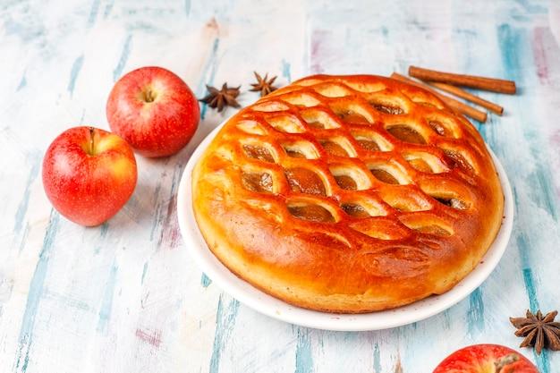 Deliciosa tarta de manzana casera con mermelada.