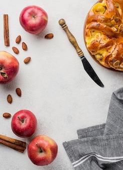 Deliciosa tarta de manzana con vista superior de cuchillo