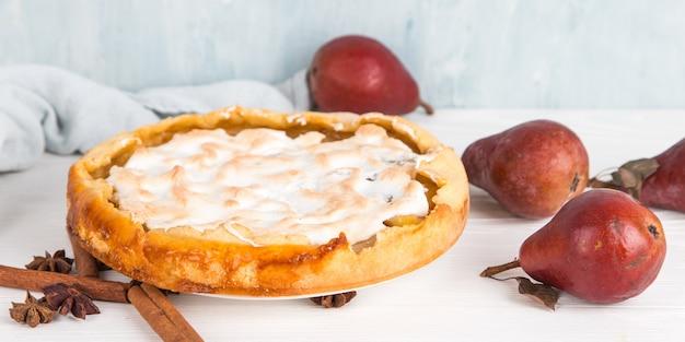 Deliciosa tarta de pera, repostería casera con canela, postre dulce para el desayuno. copie el espacio.